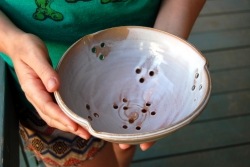 Berry Bowl Colander in Shale
